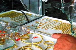 Gã trai tham gia vụ đập tủ kính cướp 30 sợi dây chuyền vàng ra đầu thú