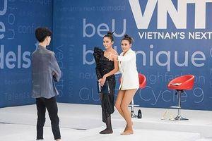 Thí sinh đánh ghen, quỳ rạp trước giám khảo trong vòng phỏng vấn Vietnam's Next Top Model 2019