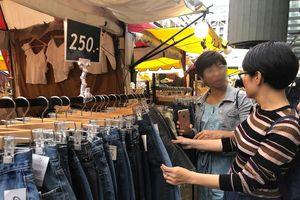 Đi du lịch nước ngoài, người Việt vẫn nặng tâm lý quà cáp