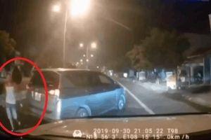 Clip: Lạng lách thách thức tài xế ô tô, nam thanh niên bị đấm túi bụi