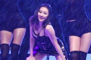 Nữ ca sĩ Hàn được khen khi diện váy áo gợi cảm trình diễn dưới mưa