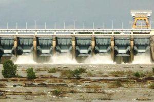 Mưa khắp cả nước, nhiều hồ chứa đang phải xả tràn