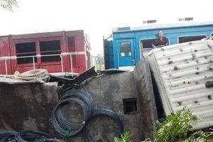 Tàu hỏa ủi bay xe tải, 3 người thoát chết thoát chết trong gang tấc