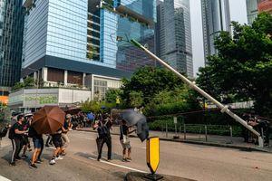Lý do người biểu tình Hong Kong kéo đổ cột đèn
