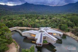 Ngôi nhà như boongke ẩn mình giữa rừng nhiệt đới bất chấp siêu bão