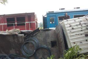 Phú Thọ: Xe tải bị tàu tông văng, 3 người thoát chết thần kỳ