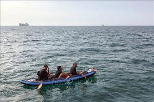 Pháp giải cứu 31 người tị nạn lạnh cóng trên xuồng hơi tại Eo biển Manche