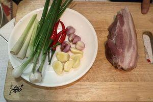 Hướng dẫn làm món thịt heo chiên sả ớt thơm ngon 'đưa cơm cho ngày mưa'