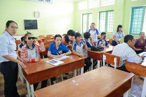 Lần đầu tiên HKI đưa chương trình chăm sóc tật khúc xạ học đường tới Trà Vinh