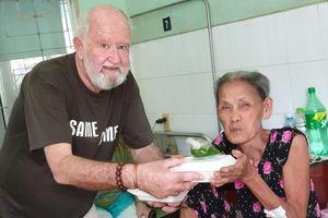 Chuyện ông Tây mỗi năm 4 tháng bay từ Úc đến Việt Nam làm thiện nguyện