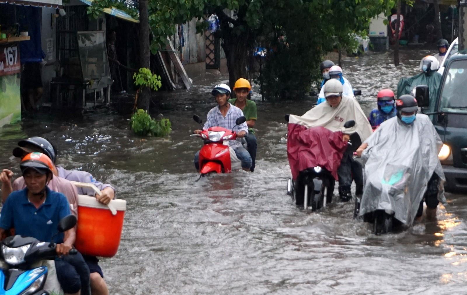 Bắt đầu thi công sửa chữa 'rốn ngập' đường Nguyễn Hữu Cảnh