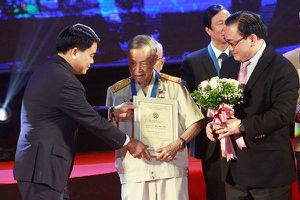 Anh hùng La Văn Cầu là công dân Thủ đô ưu tú: 'Vinh dự quá lớn với tôi'