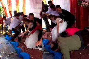 Clip cô dâu, chú rể và bố mẹ thót tim vì sập sân khấu đám cưới