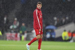 'Cơn bão Bayern' đi qua London, để lại Mueller một mình trong mưa