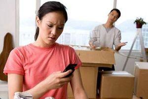 Phải làm gì với cô vợ hay lục lọi 'trộm' điện thoại của chồng?