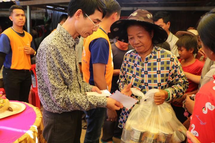 Cứu trợ đồng bào Việt kiều bị ảnh hưởng do lũ lụt tại Campuchia