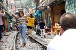 Phố 'đường tàu' vẫn tấp nập người dân đến chụp ảnh sau khi Bộ GTVT đề nghị dẹp bỏ