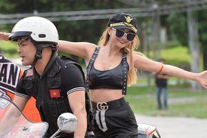 Những cô gái bốc lửa trong đoàn môtô diễu hành náo động đường phố