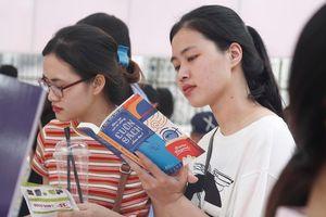 Bạn đọc chen chân trong ngày cuối Hội sách Hà Nội