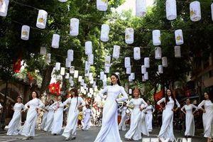 Rộn ràng chương trình âm nhạc đường phố nhảy dân vũ 'Áo dài ơi'