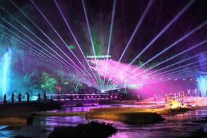 Đêm ánh sáng rực rỡ sắc màu tại thác Bản Giốc