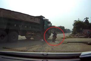 Đi vào điểm mù của xe tải, người phụ nữ đi xe máy bị cán trúng