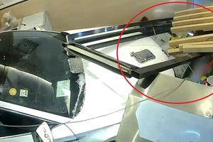 Ôtô mất lái lao vào nhà hàng tông 2 lễ tân nhập viện