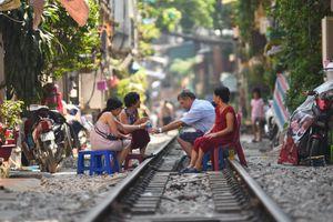 Hà Nội yêu cầu dẹp điểm chụp ảnh, uống cà phê trong lòng đường sắt