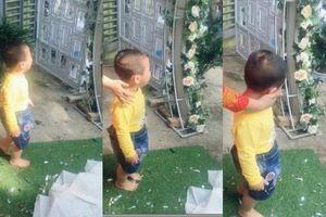Em trai 3 tuổi 'khóc hết nước mắt' đòi theo chị gái về nhà chồng gây sốt mạng xã hội