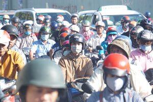 Tứ bề quanh cầu Sài Gòn tê liệt, dân nghẹt thở đi làm ngày đầu tuần