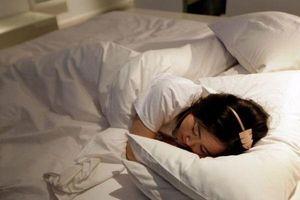Bật đèn khi đi ngủ, bé gái dậy thì sớm, tăng 10cm trong 1 năm