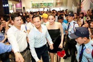 Kim Lý nắm chặt tay Hà Hồ trước tin đồn sẽ về chung nhà vào cuối năm