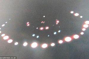 Sửng sốt vật thể giống UFO bay lơ lửng trên mái nhà
