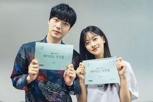 Ahn Jae Hyun đẹp đôi bên Oh Yeon Seo tại buổi đọc kịch bản 'People With Flaws', xác nhận lịch phát sóng