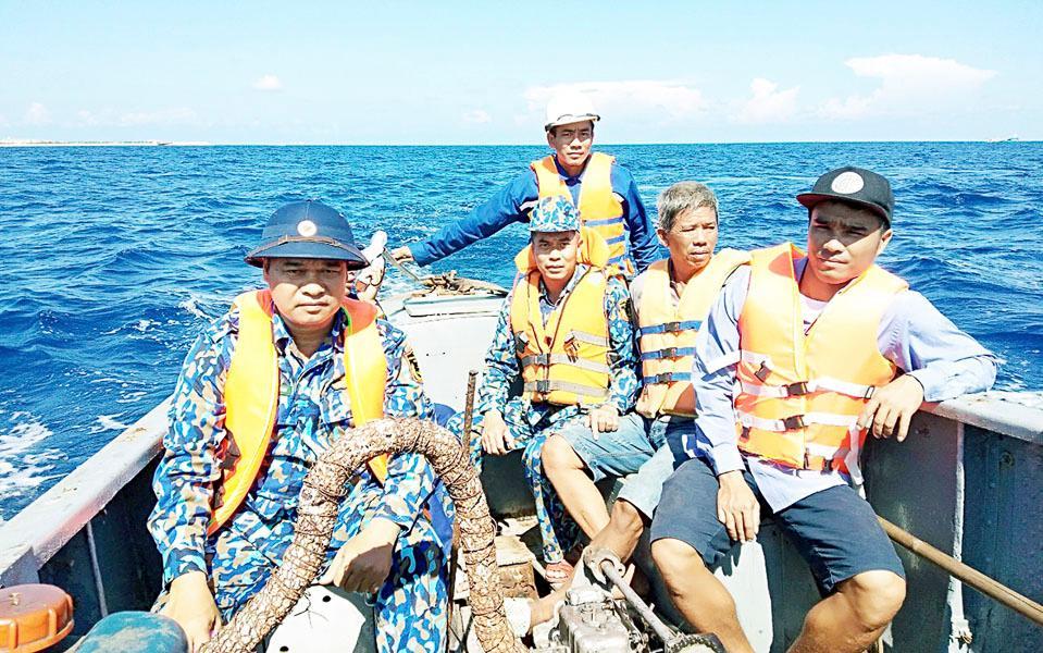 Tàu 624 kịp thời cứu nạn 12 ngư dân Bình Định bị chìm tàu gần đảo Đá Tây