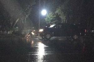 Hai người bị ô tô đâm tử vong khi dừng xe bên đường