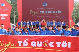 1.000 bạn trẻ tham gia lễ chào cờ đặc biệt và rước ngọn lửa thiêng tại Đền Hùng