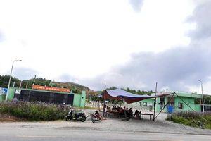 Người dân dựng rạp chặn cổng Nhà máy xử lý rác thải Phú Hà