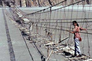 Thử thách đi qua cầu treo nguy hiểm nhất thế giới