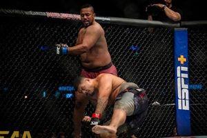 Cận cảnh 'cú đấm ngàn cân' khiến 'Kẻ xấu UFC' bất tỉnh