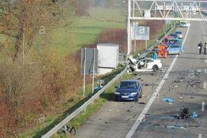 Đức: Xe tải lao vào ô tô đang dừng đỗ khiến nhiều người bị thương