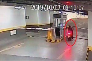 Clip tên trộm giả làm thợ hồ đột nhập 'cuỗm' xe máy trong chung cư cao cấp ở Sài Gòn