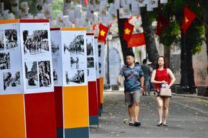 Khoảnh khắc lịch sử giải phóng Thủ đô cách đây 65 năm trên phố bích họa Phùng Hưng