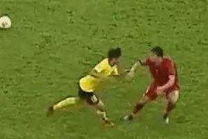 Văn Hậu bị đánh và những pha chơi xấu của Malaysia trước Việt Nam