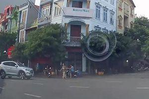 Ôtô vào cua gấp, tông trúng người qua đường
