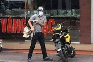Clip: Nam thanh niên bịt mặt, mang súng xông vào tiệm vàng cướp tiền