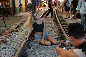 Hot girl Tây mê mải check in trước giờ cà phê đường tàu bị xóa sổ