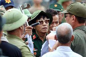 Nhiều người tự xưng thương binh 'làm loạn' ở cổng VFF, đòi vé trận Việt Nam - Malaysia