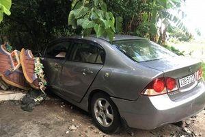 Ô tô đâm sập Miếu Đôi ở bán đảo Sơn Trà, 1 người đi bộ bị thương