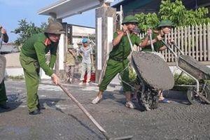 Công an Hà Tĩnh giúp dân làm đường bê tông nông thôn mới